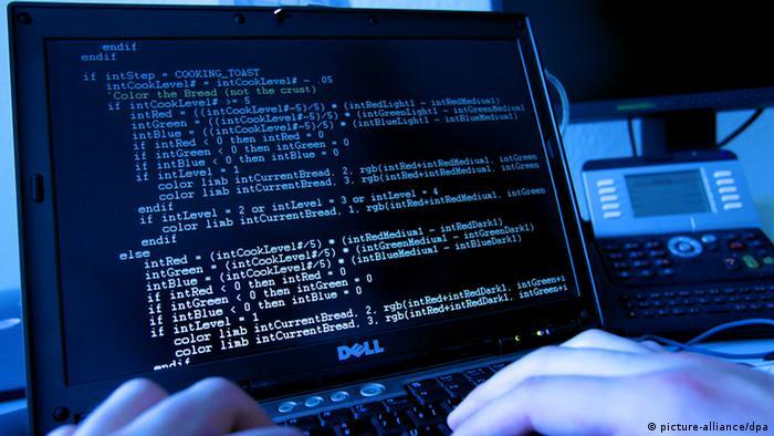 Symbolbild Computer Hacker Attacke