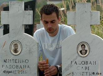 На кладбище, где захоронены жертвы военного преступления