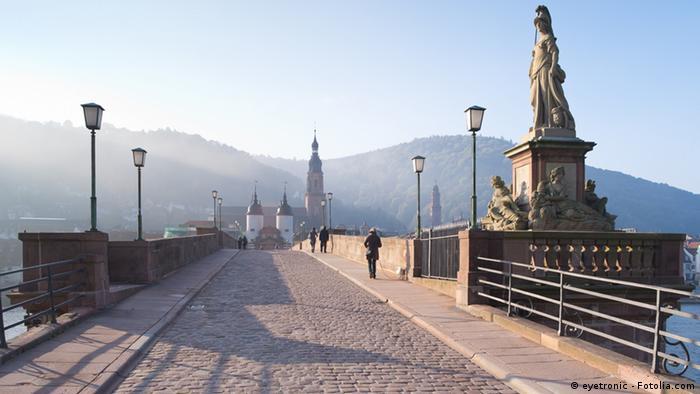Heidelberger Karl-Theodor-Brücke im Herbst bei schönem Wetter (eyetronic - Fotolia.com)