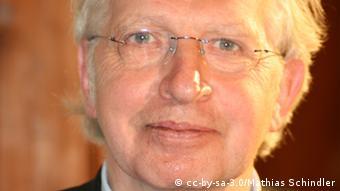 Carsten Frerk (* 24. Oktober 1945 in Dibbersen, heute Buchholz in der Nordheide) ist ein deutscher Politologe, Journalist, Autor und säkularer Humanist. Quelle: Wikipedia