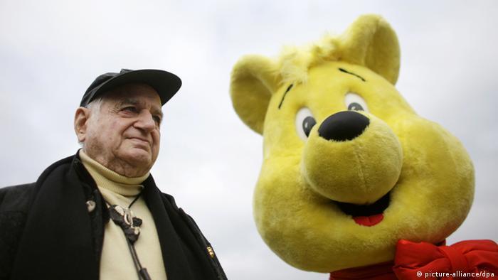 Haribo-Firmenchef Hans Riegel neben einem lebensgroßen Goldbären (Foto: dpa)