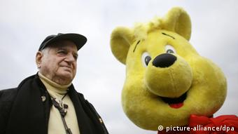 Hans Riegel outside Haribo's Bonn headquarters, next to the company's promotional bear mascot. (Photo: Rolf Vennenbernd dpa/lnw +++(c) dpa - Bildfunk+++ pixel