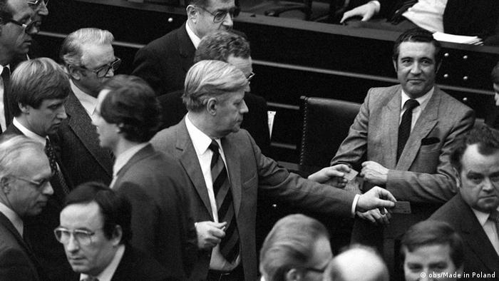 Abgeordnete, darunter der ehemalige Bundeskanzler Helmut Schmidt bei der Abstimmung zur Vertrauensfrage am 17.12.1982 im Bundestag (Foto: dpa)