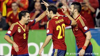 Spain's Alvaro Negredo (R) celebrates with his teammates Juanfran (C) and Xavi Hernandez (L) after scoring the 1-0 lead during the FIFA 2014 World Cup qualifying soccer match between Spain and Georgia at Carlos Belmonte stadium in Albacete, Spain, 15 October 2015. EPA/JUAN CARLOS CARDENAS +++(c) dpa - Bildfunk+++