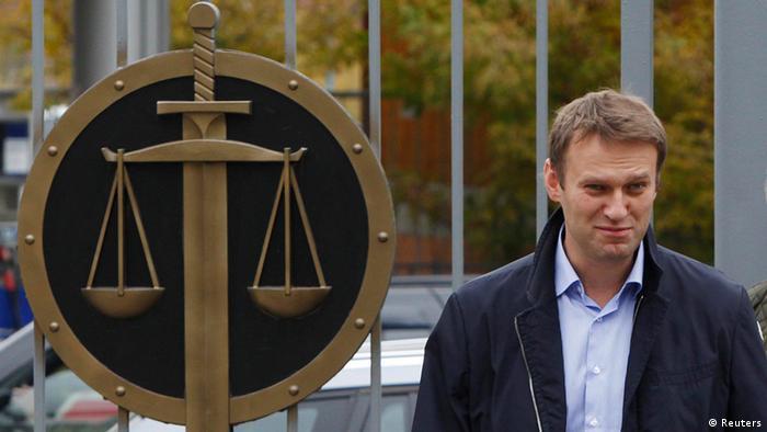 Alexej Navalny vor einem Gerichtsgebäude in Moskau (Foto: rts)