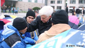 Jürgen Hölzinger helping refugees. (Photo: Heiner Kiesel, DW)