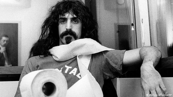 Frank Zappa wrapped up with toilet paper (picture-alliance/AP)