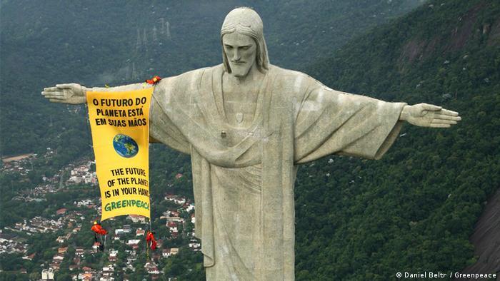 پرچمی بزرگ که فعالان گرینپیس در ارتفاع ۷۰۰ متری در سال ۲۰۰۶ بر روی مجسمه عظیم عیسی مسیح در ریودوژانیرو نصب کردند. آینده این سیاره در دستان شماست جملهای بود که خطاب به شرکتکنندگان در کنفرانس جهانی تنوع حیات بر روی این پرچم نوشته شده بود.