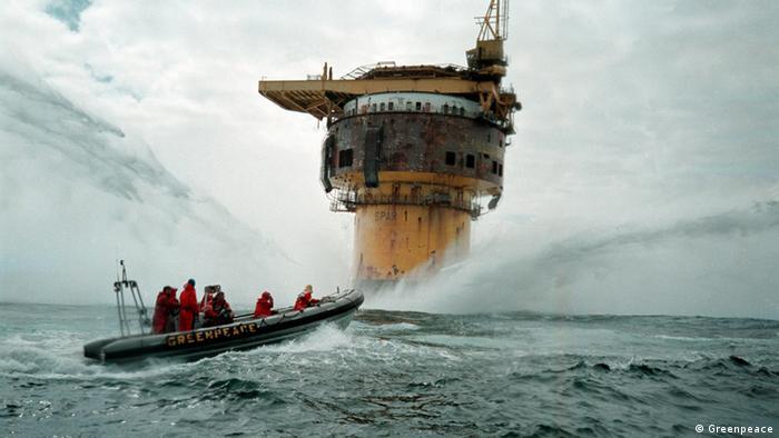 کنسرن نفتی شل تصمیم داشت در سال ۱۹۹۵ یکی از سکوهای نفتی فرسودهی خود را در دریا غرق کند. قایقهای تندرو گرینپیس در اجرای این تصمیم ایجاد مزاحمت کردند. همزمان به خواست این سازمان مردم جایگاههای بنزین متعلق به کنسرن شل را بایکوت کردند. در پی این اعتراضها کنسرن شل تصمیم خود را لغو کرد و کشورهای حاشیه دریای شمال توافق کردند از این پس سکوهای نفتی بازیافت شوند.