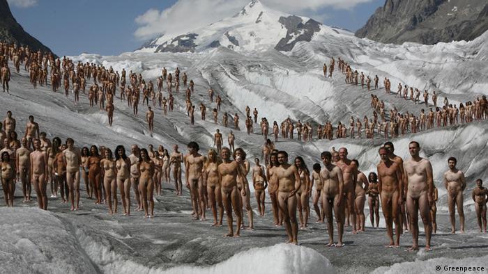 اعتراض ۶۰۰ نفر برهنه در جنوب سوئیس به تغییرات اقلیمی ناشی از گازهای گلخانهای.