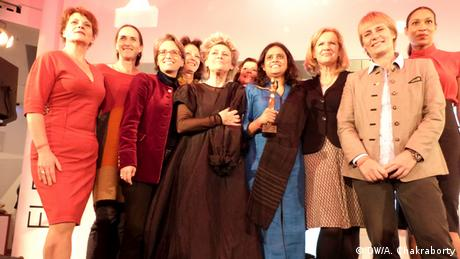 Nazma Akter bekommt den Preis Female Leader Of The Year 2013 in Berlin