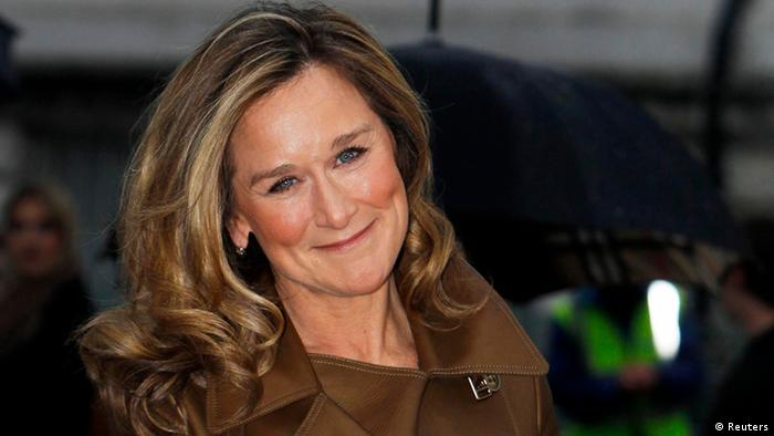 Burberry CEO Angela Ahrendts is seen arriving for the Burberry 2010 Autumn/Winter collection during London Fashion Week, in this February 23, 2010 file photograph. Burberry Group said on October 15, 2013 its chief creative officer Christopher Bailey would become its chief executive, following the departure of its long-standing chief Angela Ahrendts to Apple. REUTERS/Luke MacGregor/Files (BRITAIN - Tags: ENTERTAINMENT BUSINESS FASHION SOCIETY) - RTR2AROR