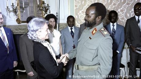 No dia 3 de março de 1983, Margot Honecker, a então ministra de Educação da RDA (a esq.) recebe com a direção da Escola da Amizade a visita a Berlim de Samora Machel, na altura Presidente de Moçambique