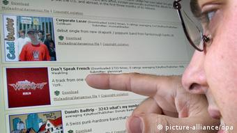 Ein Mann betrachtet das Angebot auf der Musik-Tauschbörse edonkey. Foto: Martin Gerten dpa/lnw