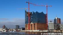 Die Sonne scheint am 23.01.2013 in Hamburg auf die Kehrwiederspitze mit der Baustelle der Elbphilharmonie. Foto: Axel Heimken/dpa