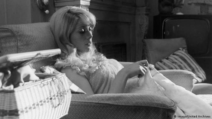 70. Geburtstag Catherine Deneuve (imago/United Archives) Darstellerin auf einem Bett im Zimmer