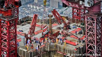 ARCHIV - Arbeiter bringen am 03.08.2013 in Shanghai den letzten Stahlträger des 632-Meter hohen Shanghai Towers in Position. Am Freitag (18.10.2013) werden in Peking Zahlen vorgestellt, die Chinas Wirtschaftswachstum im dritten Quartal beziffern sollen. Foto: An Tu/epa/dpa (zu dpa-meldung vom 18.10.2013) +++(c) dpa - Bildfunk+++