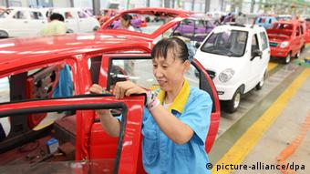 --FILE--Chinese workers assemble cars on the assembly line at an auto plant in Zouping, east Chinas Shandong province, 14 August 2013. Chinese automakers are starting to ask some of the largest Western auto parts companies to supply parts that meet American and European regulatory standards, according to senior executives at the parts companies. The requests are the clearest sign yet that after more than a decade of preparation, Chinese manufacturers are starting to feel the confidence to begin high-volume auto exports to the West. In another sign of shifting policy, a senior Chinese Commerce Ministry official said at an auto industry conference in Wuhan on Thursday, Oct. 17, that Chinese automakers should prepare for the lowering of steep tariffs on imported cars. That policy change has never been stated by a Chinese official. Chinese automakers may have a very huge impact from this reduction of tariffs, said Chen Lin, the Commerce Ministry official who oversees international automotive investment policy.