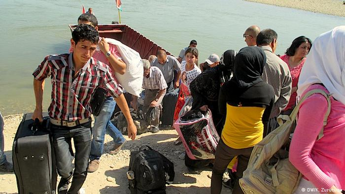 A group arrives at the Syrian side of the Habur river.   (Photo: Karlos Zurutuza / DW)