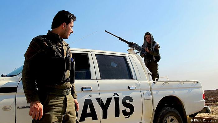 Two Kurdish policemen stand guard at a checkpoint on the Iraqi-Syrian Border.  (Photo: Karlos Zurutuza / DW)