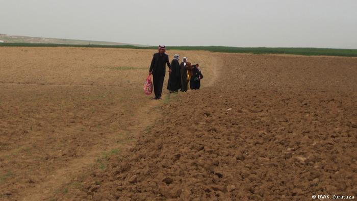 An Arab family crosses the Syrian-Iraqi border at an undisclosed location.  (Photo: Karlos Zurutuza / DW)