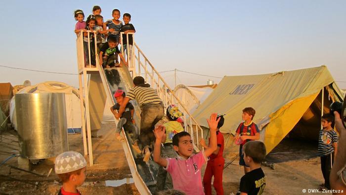 A group of Syrian children play in Domiz refugee camp.   (Photo: Karlos Zurutuza / DW)