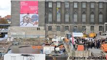 Mit Wasser ist die Baugrube der James-Simon-Galerie in Berlin am 18.10.2013 gefüllt. Das zukünftige zentrale Eingangsgebäude der Museumsinsel soll bis 2017 fertiggestellt werden. Foto: Bernd von Jutrczenka/dpa pixel