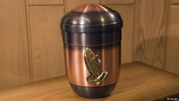 Una urna de metal.