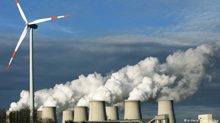 Ветрогенератор на фоне дымящих труб.