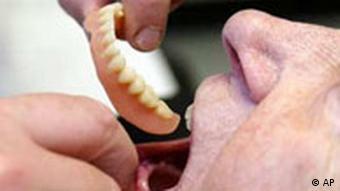 Ein Bremer Zahnarzt setzt am Montag, 23. Juni 2003, einer Patientin eine Zahn-Prothese ein DEU REFORMEN GESUNDHEIT p178