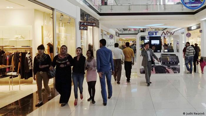 People in a shopping mall Copyright: Judit Neurink, DW Mitarbeiterin, Erbil, Sept. 2013