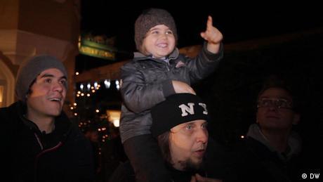 Die Musiker Basti, Andi und Andis Sohn Quinn sind auf dem Weihnachtsmarkt. (DW)