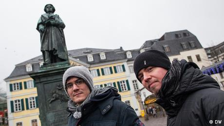 Bandmitglieder Tobias und Kurt vor einem Denkmal des Komponisten Ludwig van Beethoven in der Bonner Innenstadt