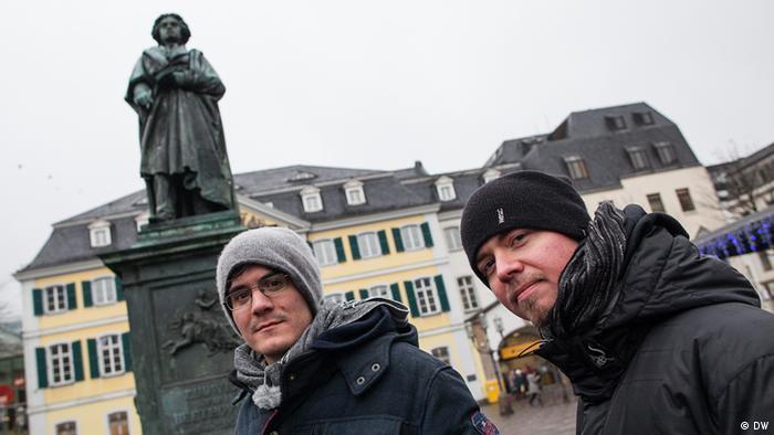 Die Bandmitglieder Tobias und Kurt vor einem Denkmal des Komponisten Ludwig van Beethoven in der Bonner Innenstadt
