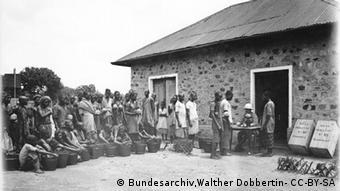 Abwiegen von Kautschuckzapfergebnissen (Foto: Bundesarchiv,Walther Dobbertin- CC-BY-SA)