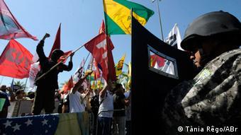 Στους γύρω δρόμους η αστυνομία με μεγάλη δυσκολία μπόρεσε να συγκρατήσει τους διαδηλωτές