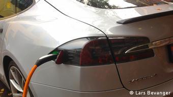 Ein Elektro-Auto des Modells Tesla Model S wird aufgeladen