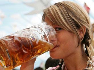 Девушка с кружкой пива