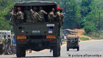 Soldaten der mosambikanischen Armee auf dem Weg nach Sadjundjira Foto: EPA