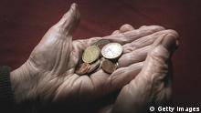 ILLUSTRATION - Eine 83-jährige Frau hält am 17.03. 2013 in Würzburg (Bayern) verschiedene Euromünzen. Foto: Karl-Josef Hildenbrand/dpa pixel