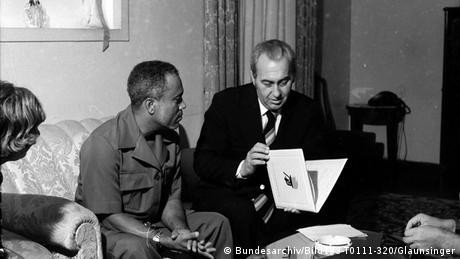 Guinea-Bissau DDR Afrika PAIGC Konrad Naumann bei Luís Cabral in Bissau (Bundesarchiv/Bild183-T0111-320/Glaunsinger)