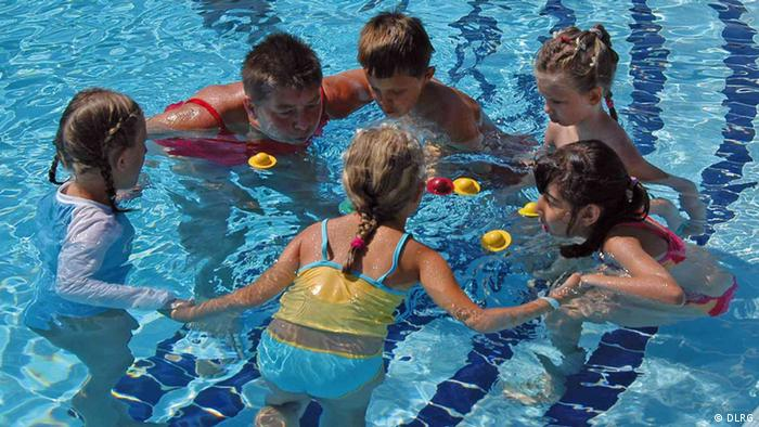 Children swimmingin a pool Copyright: DLRG