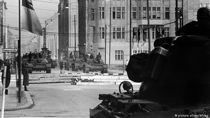 Los tanques estadounidenses y soviéticos se enfrentan en Checkpoint Charlie en Berlín en 1961.