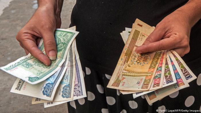 Un país, dos monedas: a la izquierda el peso cubano CUP, a la derecha el peso convertible (CUC).