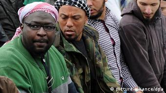 کاسپرت (دوم از چپ) در درگیری خونین سلفیها با راستهای افراطی در سال ۲۰۱۲ در شهر بن آلمان در جمع گروههای سلفی حضور داشت