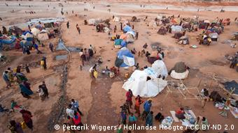 View of a refugee camp with tents and people surviving on a desert-like landscape (Foto: Petterik Wiggers / Hollandse Hoogte / CC BY-ND 2.0) Hollandse Hoogte / CC BY-ND 2.0 ++