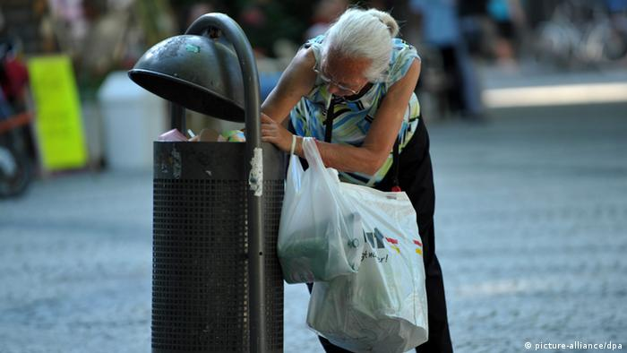 A pensioner looks for bottle deposits (picture-alliance/dpa)