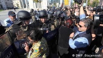 Demonstranten und Polizisten stehen sich gegenüber (Foto: DW/Petr Stojanovski)