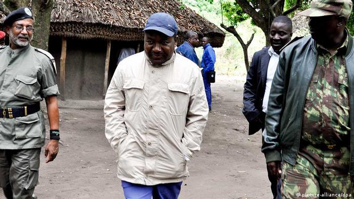 Ministro da Defesa de Moçambique, Filipe Nyusi, visita a antiga base da RENAMO em Satunjira, Gorongosa, Província de Sofala