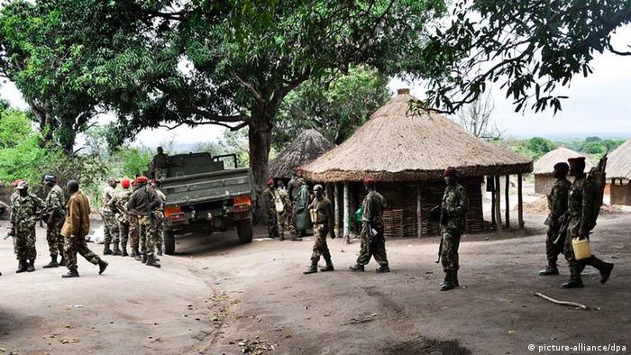Militares moçambicanos depois da tomada da base da RENAMO em Satunjira, Gorongosa, Provincia de Sofala